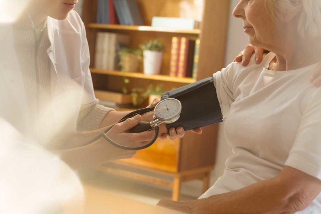 misurare la pressione sfigmomanometro